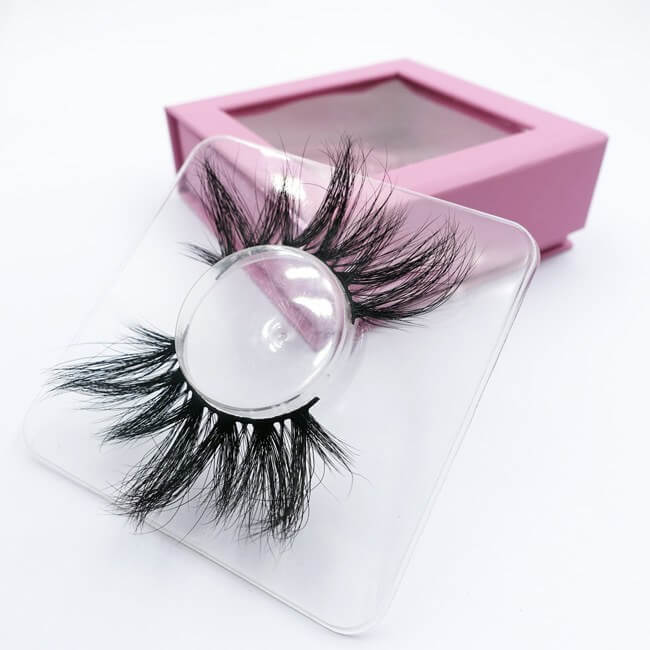 A pair of 28mm 3D mink lashes DX002 with a plastic tray